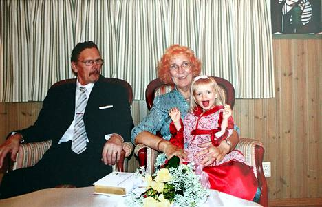 Tuomo Airaksinen ja Anita Kettunen menivät naimisiin 5. lokakuuta vuonna 2013. Heidän lisäkseen hääkuvassa hymyilee Kettusen lapsenlapsi Aada Kallioniemi.