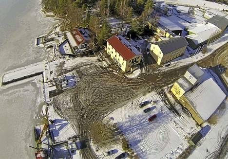 Naantalin kaupunki aikoo korjata huonokuntoiset Röölän rannan asfalttialueet yhdessä Ely-keskuksen kanssa.