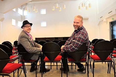 Harry Viita ja Mika Latvanen kehuvat uuden teatterisalin akustiikkaa. Se on niin hyvä, ettei äänentoistoa tarvita lainkaan. Katsomosta tulee nouseva, joten salin etuosan koroke voidaan purkaa.