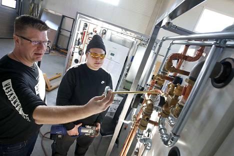 LVI-Energiakeskus Aron yrittäjä Sami Aro on opettanut talotekniikan opiskelija Eero Syrjäselle lämpöpumppujen toiminnan perusteista saakka, mutta kokee olevansa opettajana täysin amatööri.