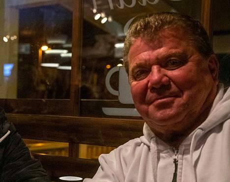 Jukka Malminen on toinen Seitsemän tähden liikkeen eduskuntavaaliehdokkaista Nokialta. Kuva on otettu joulukuussa joululaulutapahtumassa Siurossa.