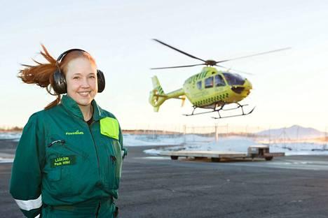Pirkanmaan nuorin ensihoitolääkäri Paula Mäki aloitti työskentelyn lääkärihelikopterissa helmikuussa 2018. Hänen kätensä ei vapise missään toimenpiteessä.