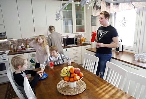 Kasvisten syöminen on Peltosen lapsillekin välillä hankalaa, mutta hedelmistä ja smoothieista tykkäävät kaikki. Niilo (vas.), Nella ja Nicke syövät niitä välipalaksi koulun jälkeen. Vanhemmat Jonna ja Jarno Peltonen pyrkivät välttämään mehuja ja jogurtteja, jotka lisäävät sokeria lasten ruokavaliossa.
