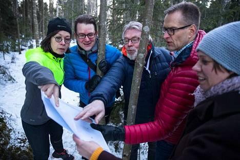 Onko Aamulehden lukijoiden suunnistusjoukkue kartalla vai ei? Sari Kurimo (vas.), Juho Niukkala, Martti Sahi, Ilari Kosonen ja Laura Pulkkinen etsivät lähiympäristöstä pistokokeessa kysyttyjä karttamerkkejä.