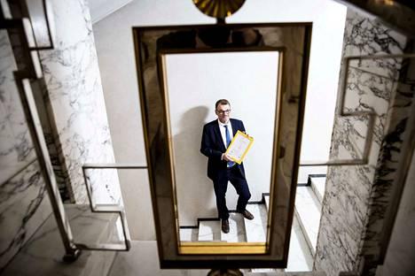 –Sotu-uudistusta ei kannata tehdä yhdessä kaudessa. Ehdotukseni on, että valmistellaan sotua pohjatöiden perusteella parlamentaarisesti ensi kaudella. Jos tulee tulosta jo puolivälissä, niin silloin voidaan aloittaa lainsäädännön valmistelu, pääministeri Juha Sipilä (kesk.) toteaa.