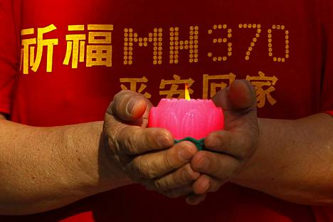 Kiinalaisen uhrin omainen otti osaa rukoushetkeen Kuala Lumpurissa maaliskuun alussa. Kadonneista 239 ihmisestä 153 oli kiinalaisia ja 50 malesialaisia. Loput edustivat 12:ta eri kansalaisuutta.