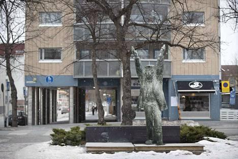Suunnilleen tällaiselta maisema näyttäisi Porin Itäpuiston päässä, jos Eetu Salinin patsaaksi olisikin valittu Aimo Tukiaisen luonnoksista toinen.