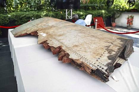 Koneesta on löydetty parikymmentä kappaletta, joista muutama on vahvistetusti siitä peräisin. Osat paljastavat, että kone putosi varmuudella Intian valtamereen ja tuhoutui.