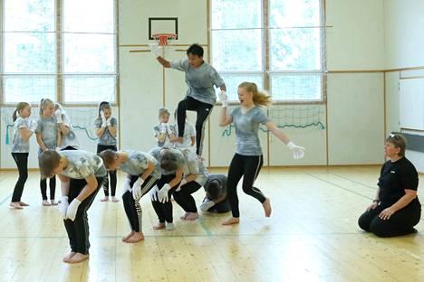 Koulun tanssikerho kokoaa koulun jälkeen 3-9 -luokkalaiset tanssimaan kerran viikossa. Harjoitusvaiheessa on Power Moveria varten tehty tanssi, jonka hankalia osia ohjaa kerhon pitäjä Johanna Roivanen.