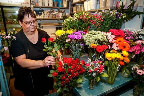 Katri Ontonen varautui perjantaisen naistenpäivän myyntipiikkiin tekemällä etukäteen valmiiksi monen hintaluokan kimppuja. Eniten naistenpäivänä myydään perinteisesti kuitenkin ruusuja.