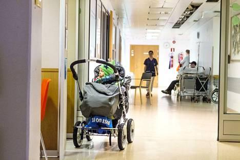 Jos vanhempi jää kotiin hoitamaan sairasta lasta ja haluaa todistuksen, on lähdettävä terveyskeskukseen tutkittavaksi. Valkeakoskella on noudatettu linjaa viime vuosien ajan. Kuvituskuva.
