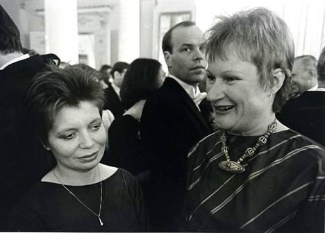 Kuvassa poliitikot Arja Alho ja Tarja Halonen vuonna 1985. Tarja Halosesta tuli myöhemmin Suomen ensimmäinen naispresidentti.