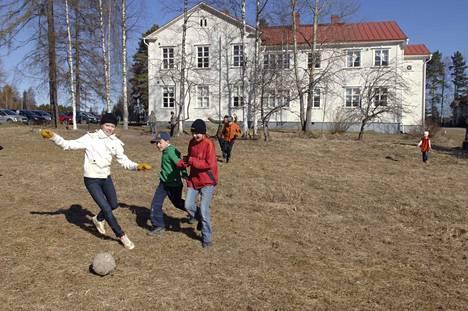Haukilan koulu lakkautettiin vuoden 2017 alussa. Arkistokuvassa koulun pihalla pelaillaan lähes kymmenen vuotta sitten.