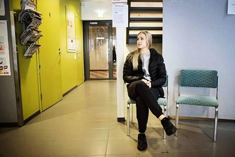 Tampereen Tammelan hammashoitolan odotushuoneessa hammaslääkärille pääsyä odotti Emilia Posti. Hän sai hammaslääkärille ajan puolen vuoden jonotuksen jälkeen. Posti ehti jo välillä käydä yksityisellä hammaslääkärillä röntgenkuvissa ja paikkauttamassa yhden reiän.