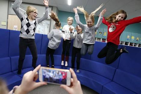 Kaarisillan yhtenäiskoulun neljännen luokan oppilaat kuvasivat Tiktok-videota. Kuvassa vasemmalta Kerttu Hakanpää, Amalia Kolomainen, Emma Aappola, Ida Borgersen, Josefiina Kokko ja Sanni Leväjärvi.