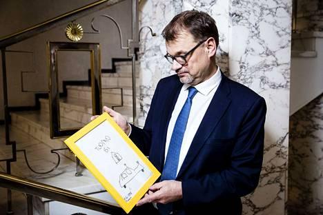 Keskustan puheenjohtaja Pääministeri Juha Sipilä toi eduskuntavaalien puheenjohtajakuvaukseen edesmenneen poikansa Tuomon tekemän piirustuksen.