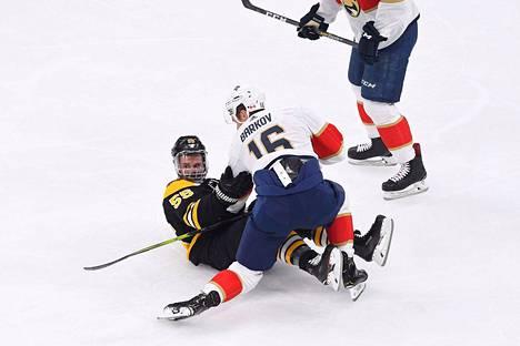 Tamperelaiskiekkoilija Aleksander Barkov taisteli illan kierroksella Bostonin Noel Acciaria vastaan. Boston vei ottelun lopulta viime sekunneilla maalein 3–4.