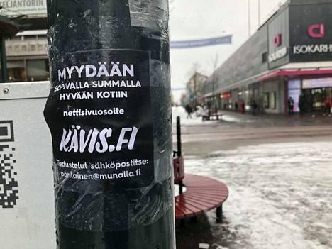 Kävelykadulle ilmestyi torstaina Kävis.fi-verkkotunnusta kauppaavia mainoslappusia.