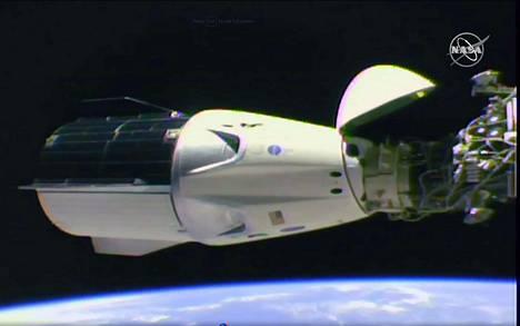 Nasa TV:n kuvaa SpaceX Dragon-kapselista sen jälkeen kun se oli telakoitunut Kansainväliselle avaruusasemalle.