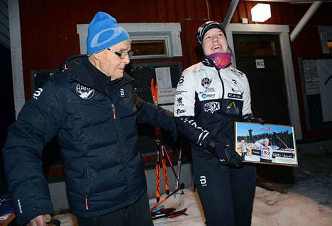 Sonja Leinamo tuli viime viikon hiihtolomallaan käymään kotikonnuilla, ja hän jakoi Nuorisohiihtojen palkinnot. Hakan hiihtoneuvos Antero Kekkonen puolestaan onnitteli nuorten Suomen mestaria taululla, jossa Leinamo juhlii Suomen mestaruuttaan Kuopiossa.