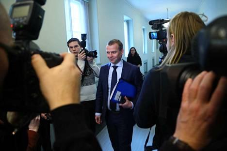 Petteri Orpo (kok.) saapui eduskuntaan perjantaina.