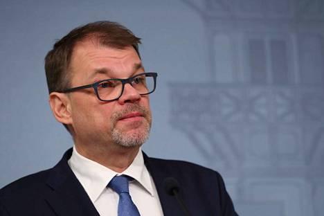 Juha Sipilää oli Kesärannassa vastassa suuri toimittajajoukko. Sipilä sanoi, että hallitus on nyt eronnut.