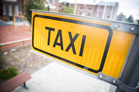 Tekstaripalstalla ihmetellään taksien kallistumista sekä Kela-taksikuskien epätietoisuutta maksusitoumuksista.