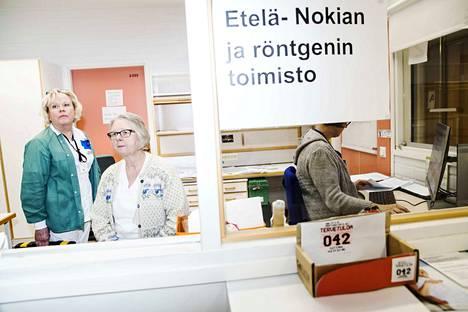 Nokian terveyskeskuksen Etelä-Nokian alueen sairaanhoitaja Maija Venäläinen (vas.) ja perushoitaja Jaana Liuttunen toivovat, ettei sote-palveluja tuotettaisi vain voitontavoittelun vuoksi.