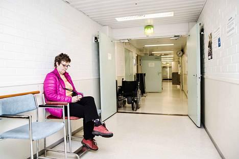 Nokialainen Leena Palomäki istui perjantaina Nokian terveyskeskuksen ensiavun odotusaulassa odottamassa läheistään vastaanotolta. Hän arvelee, että sote-valmistelussa pohjimmainen ajatus oli hyvä, mutta nyt hanke tarvitsee aikalisän.