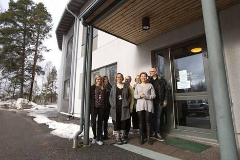 Mutteri sijaitsee terveyskeskuksen kyljessä. Psykologi Asta Karjalainen (vas.), sosiaalityöntekijä Hanna Kataja, lääkäri Heidi Laine ja sairaanhoitaja Päivi Martikainen työskentelevät nuorisopsykiatrian puolella. Sosiaalityöntekijä Anne Siltanen-Summanen ja psykologi Marjut Salmi odottavat lisäkseen lastentiimiin vielä kahta työntekijää. Kuvassa on myös palvelupäällikkö Mika Korhonen.