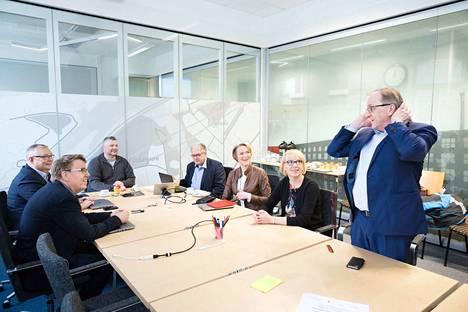 Pirkanmaan muutostyöryhmän puheenjohtajisto kokoontui perjantaina. Kokouksessa Jukka Alasentie (vasemmalla), Jaakko Herrala, Roope Lehto (sd.), Esa Halme, Päivi Nurminen, Leena Kostiainen ja Rauno Ihalainen.