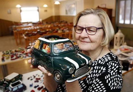 Maria Riikonen esittelee yhtä rakkaimmista pikku-Mineistään. Sen on tehnyt argentiinalainen taiteilija savesta. Teoksen nimi on Kaikki rakkauteni, mikä viittaa täpötäyteen pakattuun perhettä kuljettavaan Miniin.