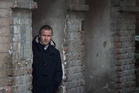 Jyrki Vainonen on Ylöjärvellä asuva kirjailija, irlantilaisen runouden suomentaja ja sanataideopettaja. Novellikokoelmassa Yön ja päivän tarinoita hän kuvaa ihmisiä yksinäisyyden ja unohduksen välitilassa.
