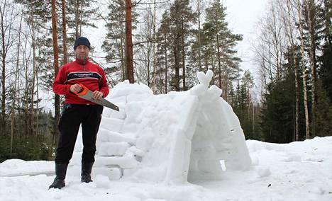 Saha oli kiikoislaisen Erkki-Jussi Koivuluoman ainoa työkalu, kun hän sai omintakeisen päähänpiston ja päätti rakentaa iglun. –Ensi talvena tehdään taas, jos vain lunta riittää, Koivuluoma kertoo.