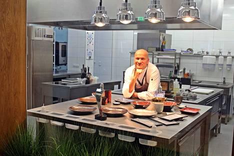 Remontoidessaan ravintolatilaa Savua varten Kemppainen avasi seinän keittiöön. Lasin läpi ruokailijat näkevät, kun ruokaa tehdään. Tämä herättää Kemppaisen mukaan luottamusta ruoan laatuun.