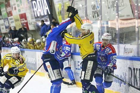 Jani Siekkinen ja Aleksi Mikonmatti kaukalon kulmassa paritanssin alkeissa.