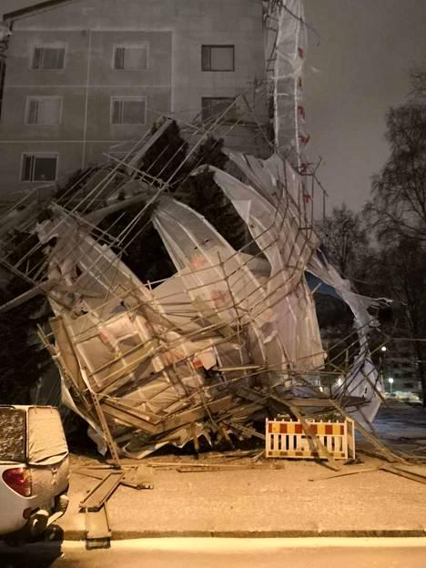 Rakennustelineet romahtivat tuulen voimasta Tampereen Sammonkadulla.