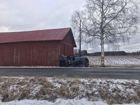Harjavallantiellä ulos ajoradalta ajautunut auto romuttui pahoin