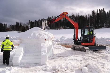 Kaivureiden lumenveistokisaan ottaa osaa 18 kaivuria.