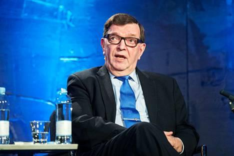 Kansanedustaja Paavo Väyrynen teki oikeusasiamiehelle kantelun siitä, että Seitsemän tähden liikettä ei hyväksytä Ylen eduskuntapuolueiden vaalitentteihin. Oikeusasiamiehen mukaan riittää, että Tähtiliike saa aikaa eduskuntapuolueiden ulkopuolisissa tenteissä.