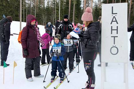 Tammikankaan lastenhiihdot kisattiin tänä vuonna jo 70. kerran. Mäntänvuoren laduilla omaa lähtövuoroaan odottamassa Mikael Eskola (14) ja Jalo Hellgren (15), lähettämässä Henna Hakala.