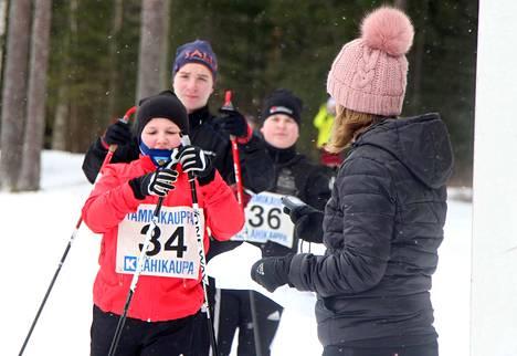 2006-2007 -syntyneiden tyttöjen sarjan voittanut Pinja Mäkinen lähtövuorossa. Omaa vuoroaan odottavat saman ikäisten poikien sarjan Aapo Pohja ja Veeti Halttunen.