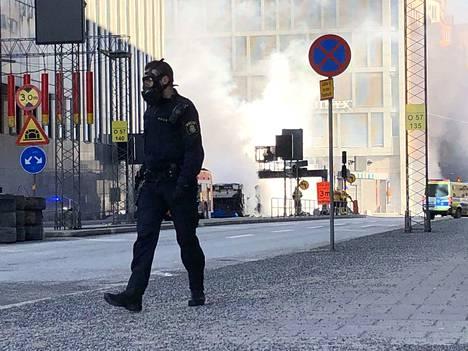 Poliisi on eristänyt bussin räjähdyspaikan Tukholman keskustassa.