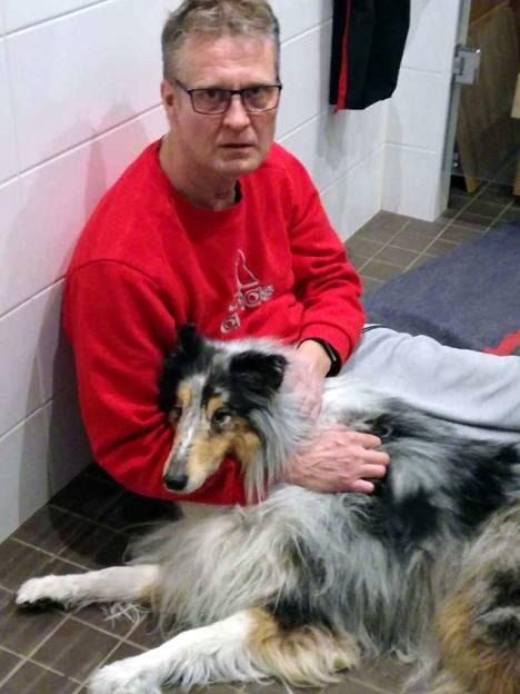 Jari Linjala ja hänen vaimonsa hoitivat koiraa suihkuttamalla lämmintä vettä eläimen päälle.