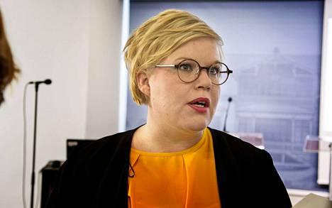 Annika Saarikko (kesk.) kaipaa yhteiskunnallista keskustelua yksityisten terveysyhtiöiden roolista. Vanhustenhoidossa paljastuneet rikkomukset vaikuttavat käsitykseen terveysjättien toiminnasta, Saarikko Sanoo.
