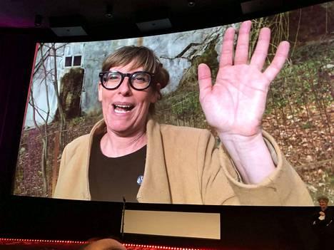 Corina Schwingruber Ilić vilkutti Tampereen elokuvajuhlien palkinnonjaon yleisölle elokuvateatteri Plevnan kankaalla iloisesti Sveitsistä. Hänen parhaan dokumentin palkinnon voittanut elokuvansa All Inclusive kuvaa loistoristeilijän absurdia elämää.