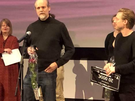 Kuvaaja Jussi Eerola ja ohjaaja Patrick Söderlund voittivat Tampereen elokuvajuhlilla uuden Kultainen varjo -palkinnon elokuvallaan Valtakunnat. Sillä voi vuokrata kunnon elokuvakalustoa 20000 eurolla.