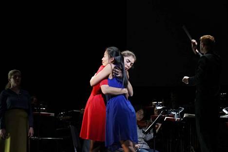 Simone Weilin kaksi minää löytävät toisensa oratoriossa La Passion de Simone. Rooleissa sopraano Sayuri Araida (sininen mekko) ja näyttelijä Isabelle Seleskovitch.