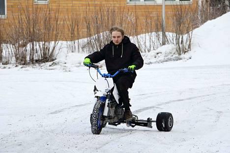 Joona Saari on saanut valmiiksi kolmipyörän, jonka rakentamisen hän aloitti syyskuussa Jämsän kristillisen opiston teknisellä linjalla.