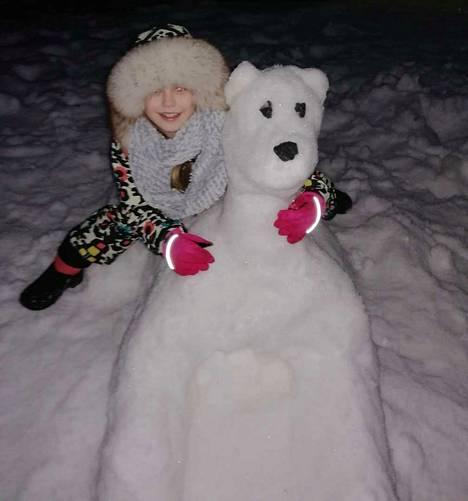 """Iglu ei ollut ensimmäinen luminen teos, jonka Koivuluoma on tänä talvena Mirellan toiveesta tehnyt. Tämä luminen hahmo esitti perheen koiraa – mutta joutui auringon uhriksi. """"Ei tainnut Nessu hoksata, että oli saanut näköispatsaan"""", Koivuluoma kommentoi."""